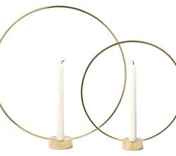 GLORIA Design Broberg & Ridderstråle Gloria är en ljushållare och på samma gång en skulptur. En skör cirkel i förgylld metall markerar centrum för ett stearinljus. När den är tänd verkar ljuset som ett inringat nav av energi och när den är släckt tar cirkeln över som en markör i rummet.Gloria tillverkas i massiv mässing och finns i två storlekar. Mått: liten 31x6x34 cm, stor 41×7,5×44 cm Pris: liten 995:-kr, stor 1190kr