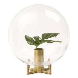 Design Viktor Erlandsson   Orb är en produkt som sätter prägel på, och skapar ett nytt utrymme i rummet. Inspirationen till vasen kommer från atmosfären kring jorden, som på samma sätt som Orb omger och skyddar livet inuti. Glaskupolen blir ett skydd samtidigt som innehållet framhävs. Foten är tillverkad i mässing och kupolen i munblåst glas. Orb kommer i två storlekar. Mått: liten 20×24 cm,   pris: 1650