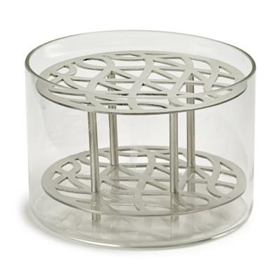 ÄNG Silver Vase Design Eva Schildt Som en uppföljare till Ang mässing, svart och blå / grön vi nu presenterar en i silver.  Metall interiör är gjord av mässing, som sedan borstas att lämna en matt yta och sedan silverpläterade. Metallinsatsen är handgjorda och det yttre munblåst glas. Material:. Munblåst kristall och försilvrad mässing  Mått: Small: H 8,5cm D 12,5cm,
